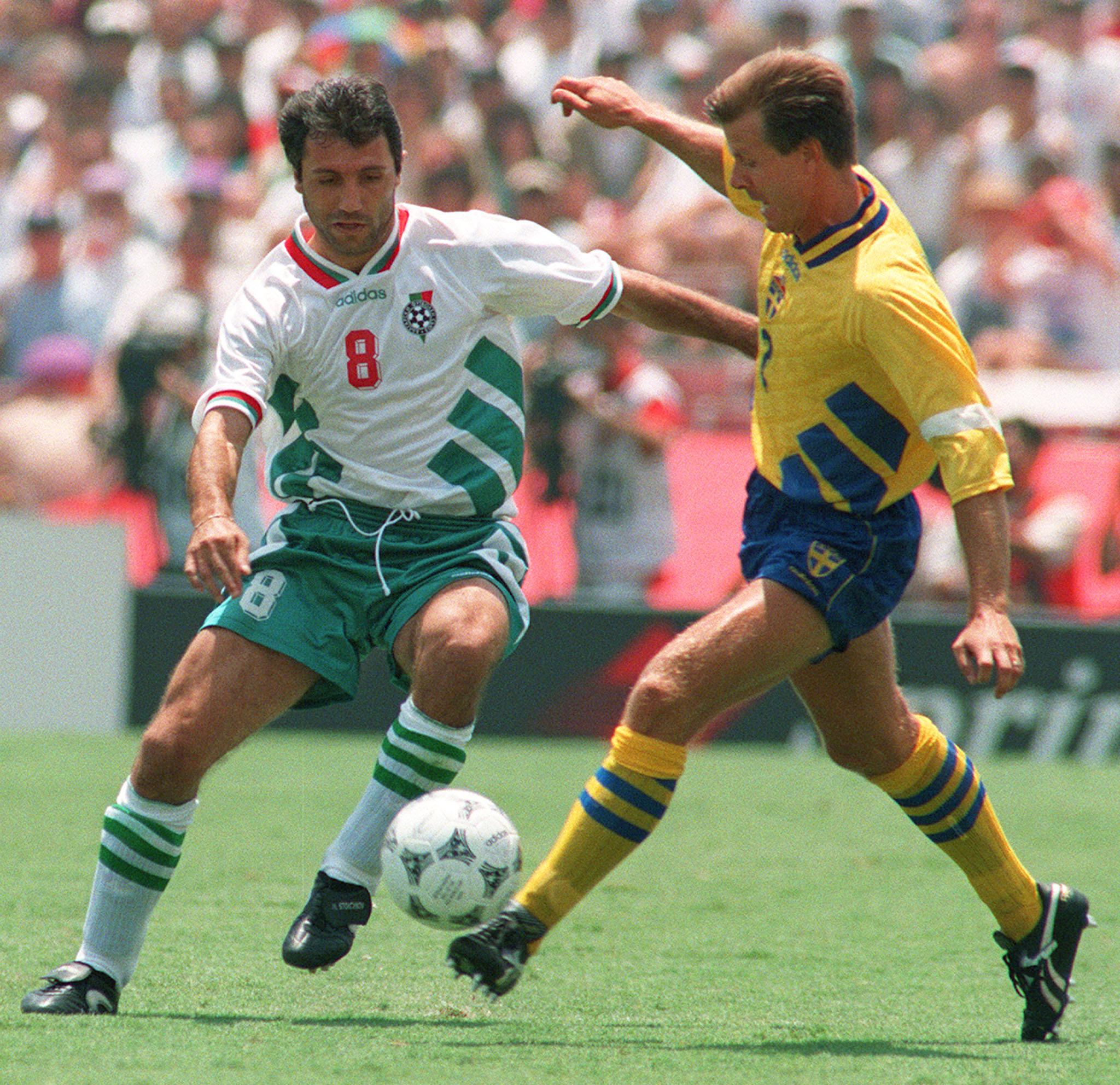 Bulgarian midfielder Hristo Stoichkov (L)