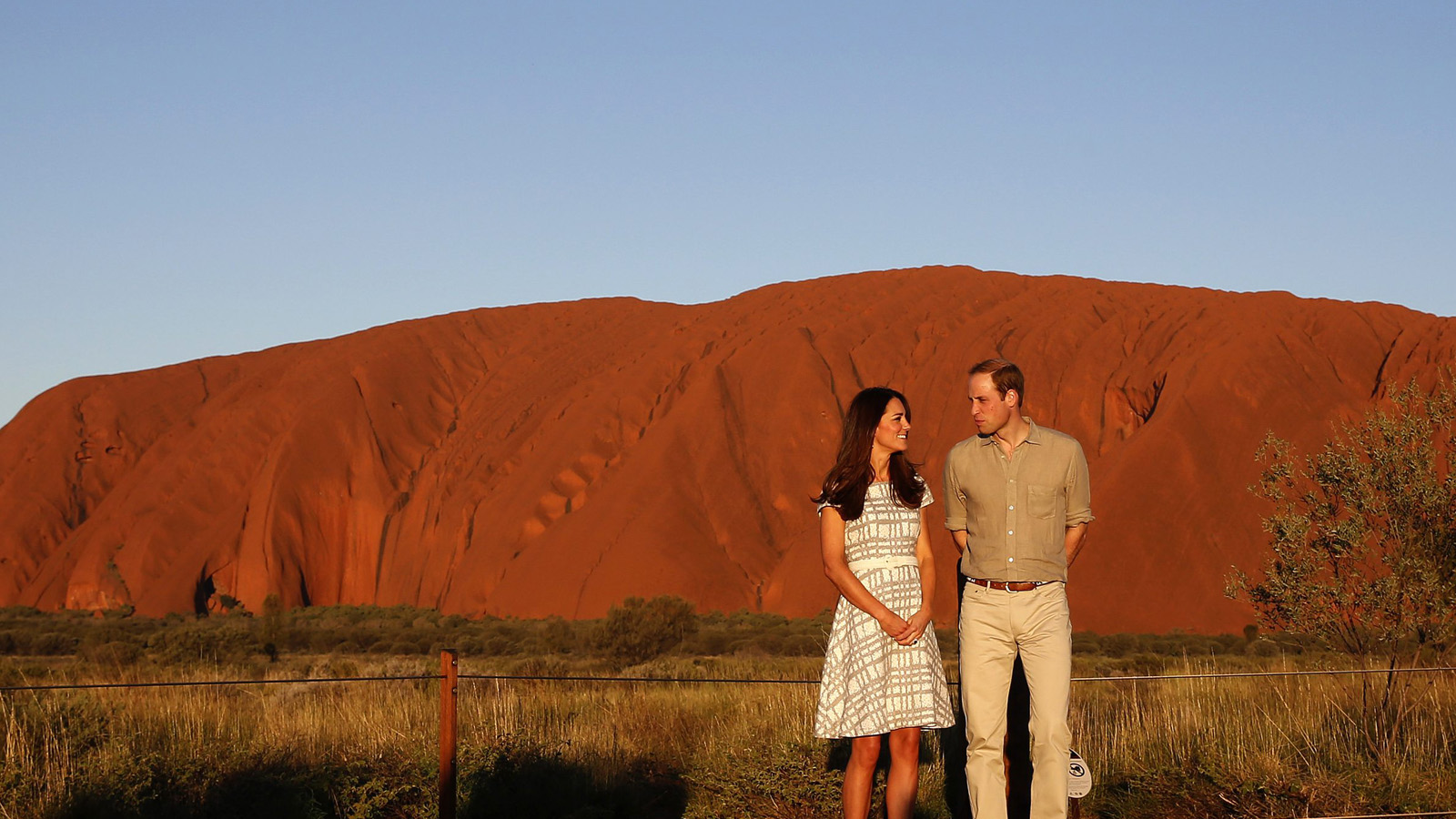 Britain's Prince William and his wife Catherine, Duchess of Cambridge, pose in front of the Uluru, also known as Ayers Rock, April 22, 2014. Britain's Prince William, his wife Kate and their son Prince George are on a three-week tour of New Zealand and Australia. REUTERS/Phil Noble (AUSTRALIA - Tags: ROYALS ENTERTAINMENT) - RTR3M9IV
