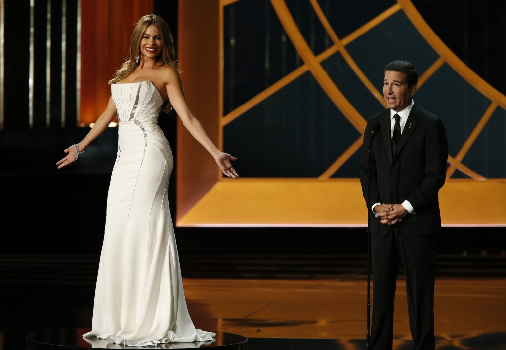 "The Academy of Television Arts and Sciences Chairman Bruce Rosenblum speaks as actress Sofia Vergara from ""Modern Family"" slowly spins on a turntable during the 66th Primetime Emmy Awards in Los Angeles, California August 25, 2014.  (Mario Anzuoni/Reuters)"