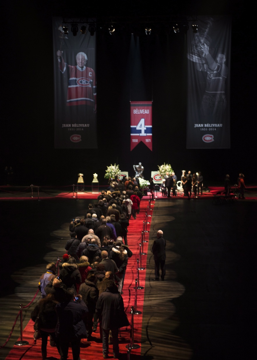 Mourners pay their respect to Montreal Canadiens legend Jean Beliveau during the public viewing for the Montreal Canadiens legend Sunday, December 7, 2014 in Montreal. (Paul Chiasson, CP)