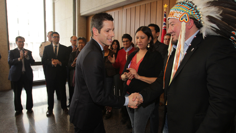 Derek Nepinak, Grand Chief of the Assembly of Manitoba Chiefs, shakes hands with Winnipeg Mayor, Brian Bowman after a media conference at City Hall in Winnipeg today.  (Chris Procaylo/Winnipeg Sun/QMI Agency)
