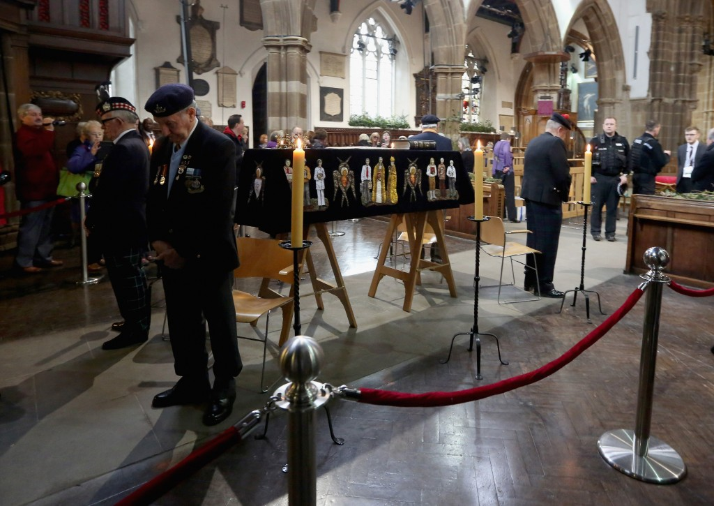 Members of the public queue to view the coffin of King Richard III as it sits in repose inside Leicester Cathedral draped in a specially-embroidered 'pall' and adorned with a crown on March 23, 2015 in Leicester, England. (Getty Images)
