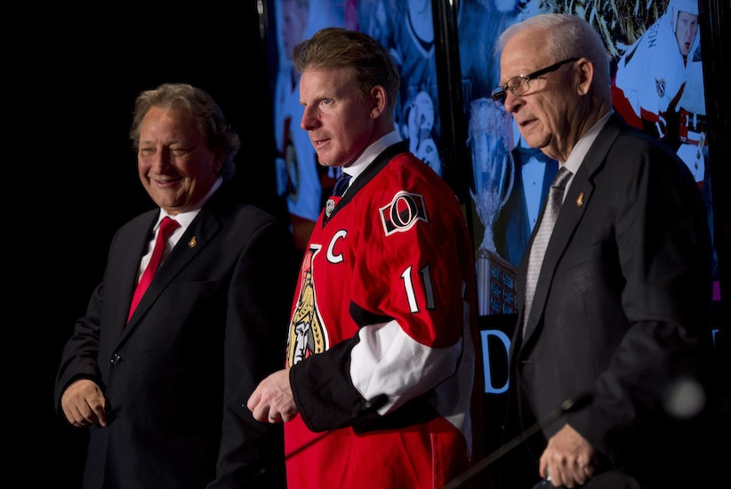 Eugene Melnyk, left, late last year with Daniel Alfredsson and GM Bryan Murray.  (Adrian Wyld, the Canadian Press)