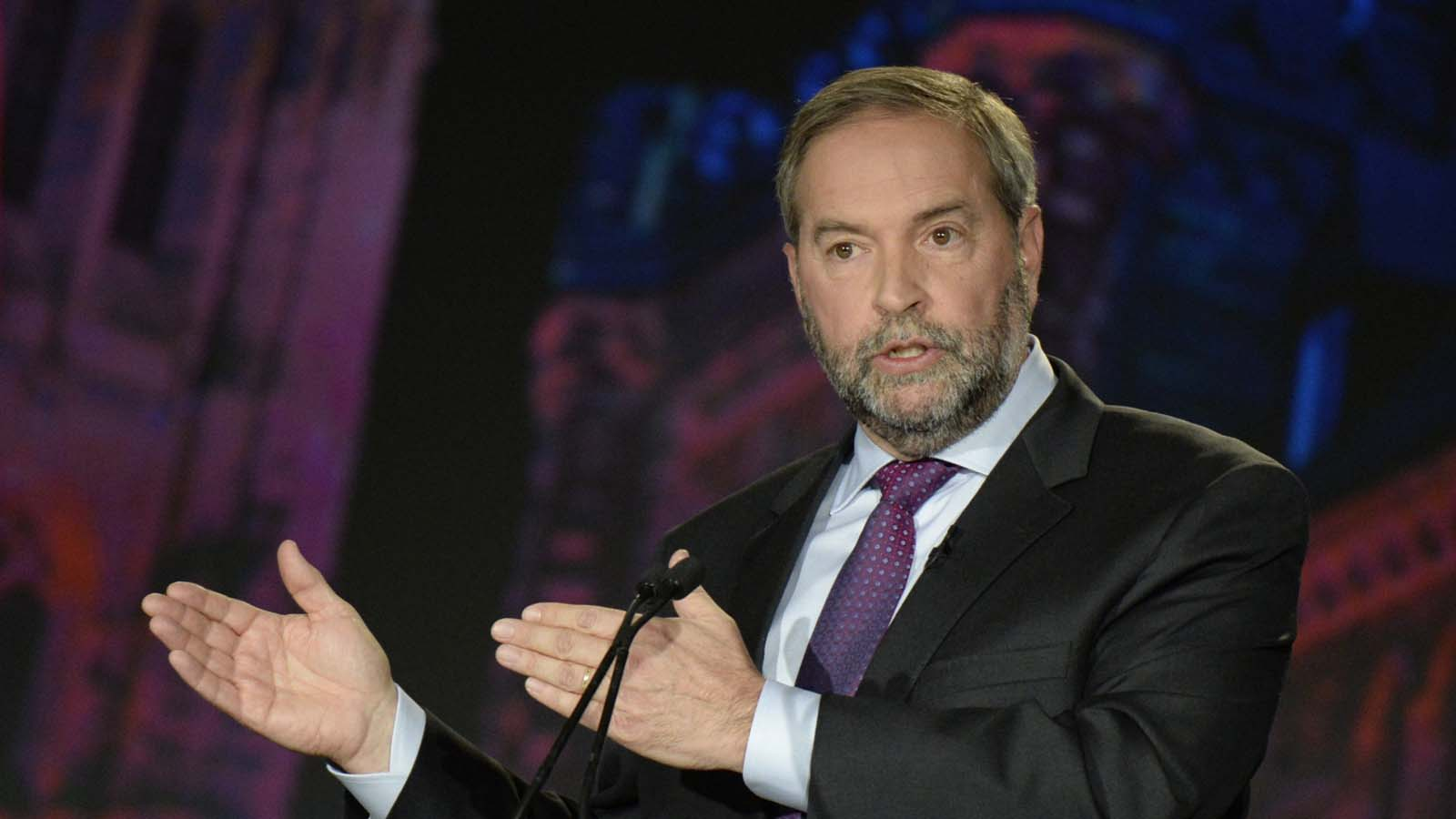 NDP leader Thomas Mulcair makes a point during the Globe and Mail Leaders Debate in Calgary, Alberta September 17, 2015. REUTERS/Mike Sturk  - RTS1NLH