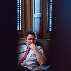 Prime Minister Trudeau speaks with Katie Telford in his Centre Block Office. November 5, 2015. (Adam Scotti/Prime Minister's Office)