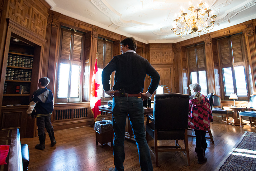 Prime Minister-designate Justin Trudeau brings his kids to the PM's Centre Block Office prior to his swearing-in. November 4, 2015. (Adam Scotti/Liberal Party of Canada)