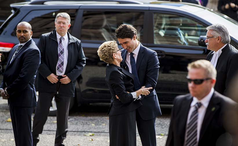 Prime Minister  Justin Trudeau greets Ontario Premier Kathleen Wynne as they are surrounded by security detail at Queen's Park in Toronto, October 27, 2015. (Mark Blinch/Reuters)