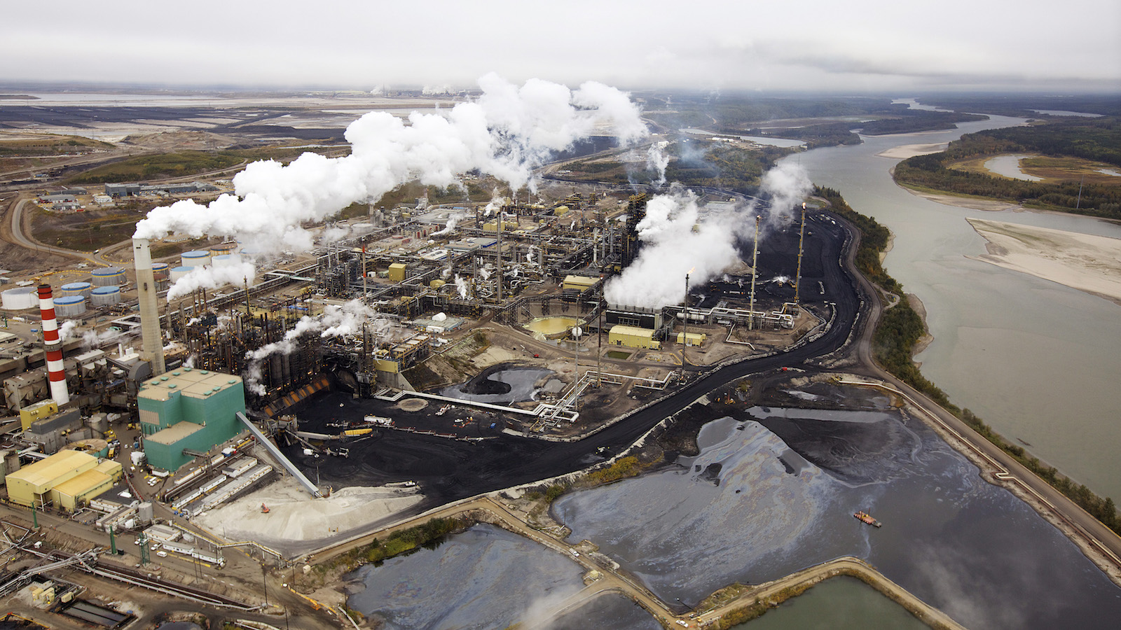 The Suncor processing plant near the Athabasca River at their mining operations near Fort McMurray, Alberta, September 17, 2014. (Todd Korol / Reuters)