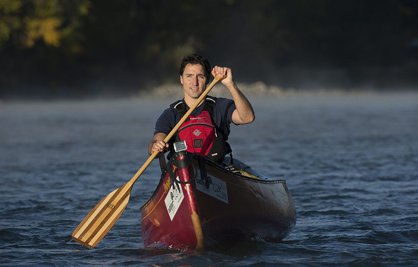 Liberal Leader Justin Trudeau paddles a canoe down the Bow River in Calgary, Alta., Thursday, Sept, 17, 2015.   JONATHAN HAYWARD/CP