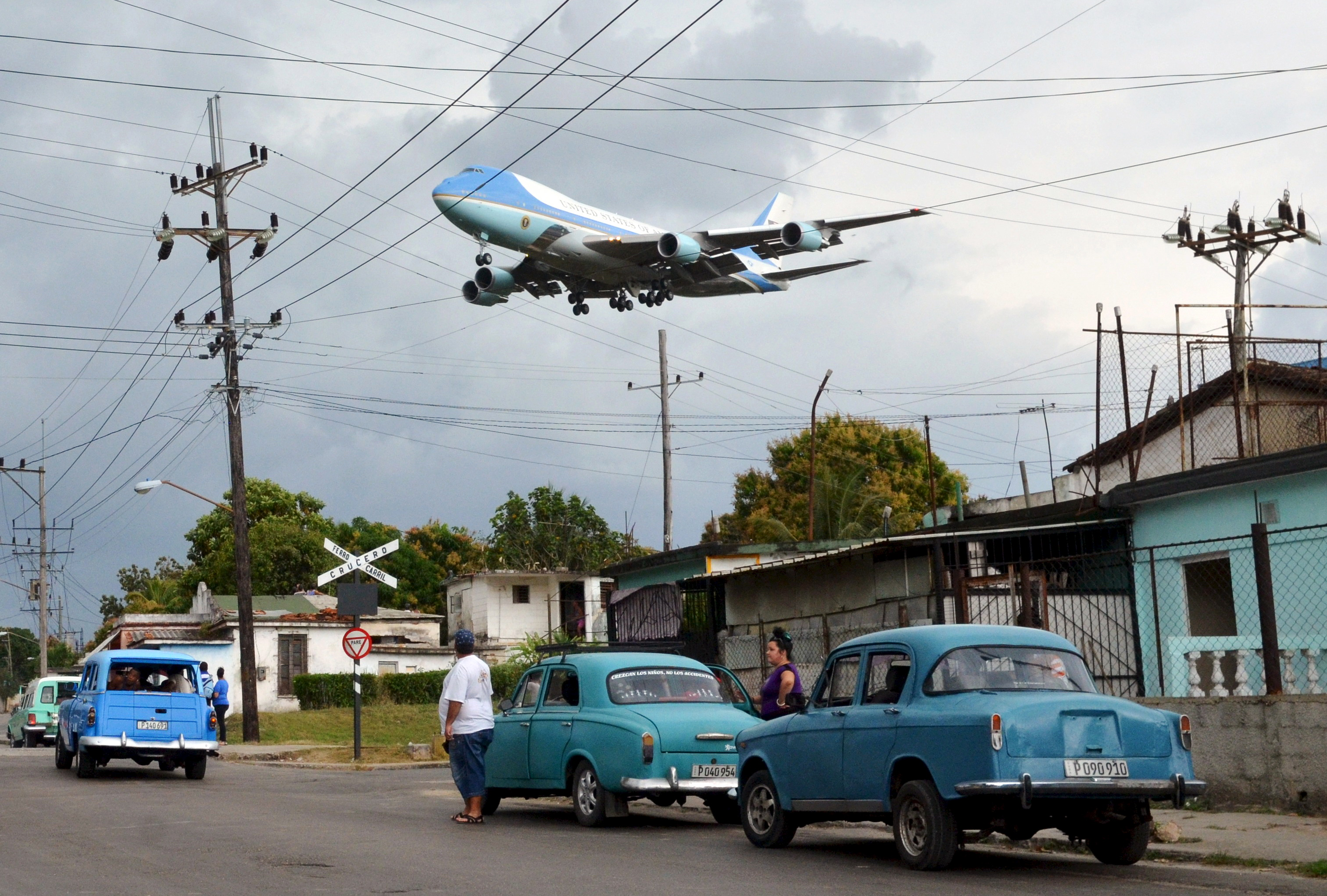 one picture nearly a thousand words air force one lands in cuba