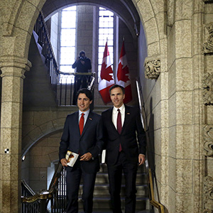 Canada's Prime Minister Justin Trudeau (L) and Finance Minister Bill Morneau walk to the House of Commons to deliver the budget on Parliament Hill in Ottawa, March 22, 2016. (Patrick Doyle/Reuters)
