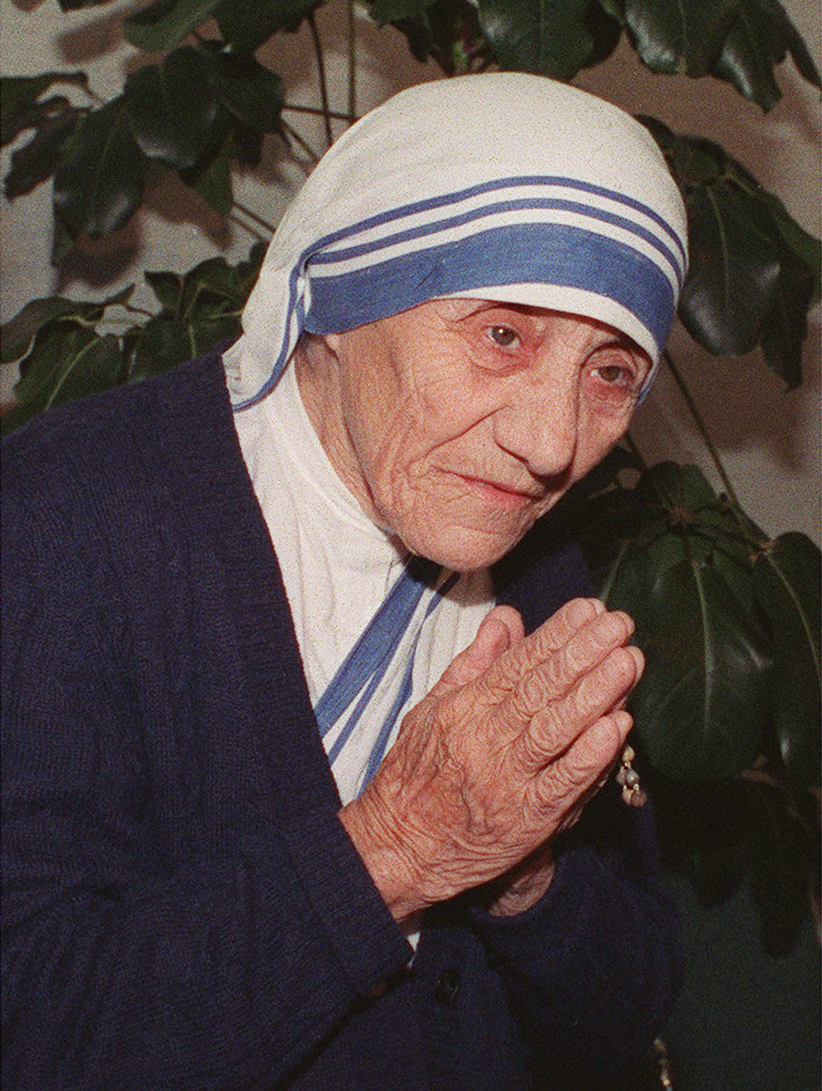 Mother Teresa bows in a gesture of welcome and peace as she enters a news conference shortly after arriving at Montreal's Mirabel airport Tuesday. Mother Teresa is in Canada to land support to an anti-abortion rally in Ottawa Saturday. (CP)