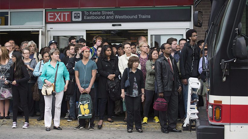 Crowds of people line up at Keele Station in Toronto. (Hannah Yoon/CP)