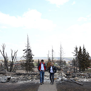 Prime Minister Justin Trudeau and Alberta Premier Rachel Notley tour the devastation in Fort McMurray.  (Adam Scotti/PMO)