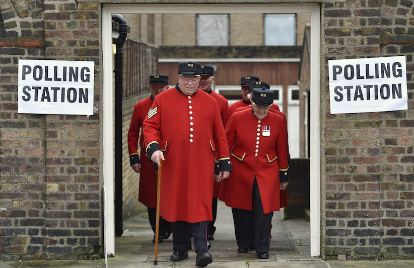 Chelsea Pensioners leave after voting in the EU referendum, at a polling station in Chelsea in London, Britain June 23, 2016. REUTERS/Toby Melville - RTX2HR5P
