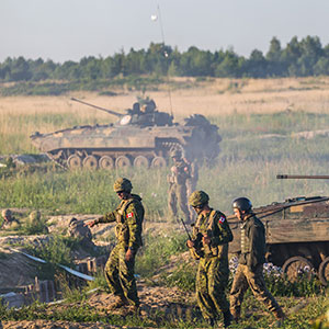 Canadian Army instructors discuss mechanized infantry defence tactics with their Ukrainian Armed Forces colleagues during Exercise RAPID TRIDENT in Starychi, Ukraine on June 30, 2016. (Joint Task Force Ukraine)