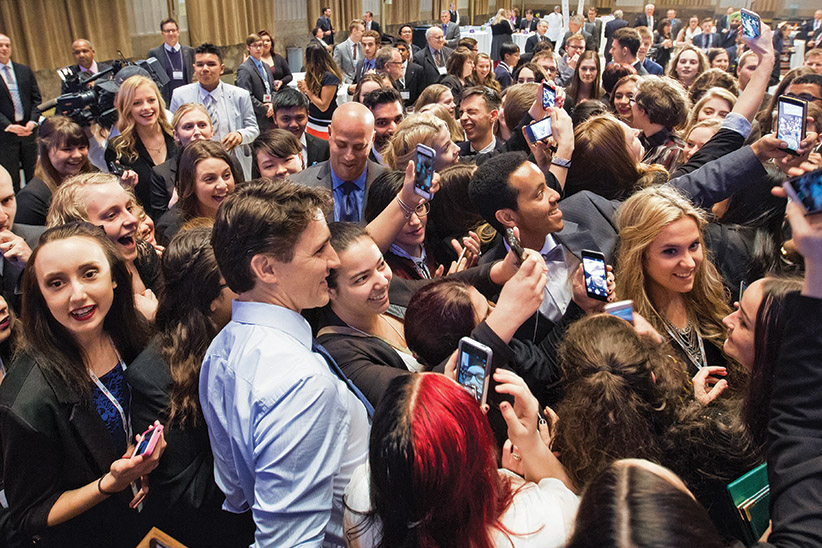 Prime Minister Trudeau meets students with the Forum For Young Canadians in Ottawa. March 23, 2016. (Adam Scotti/PMO)