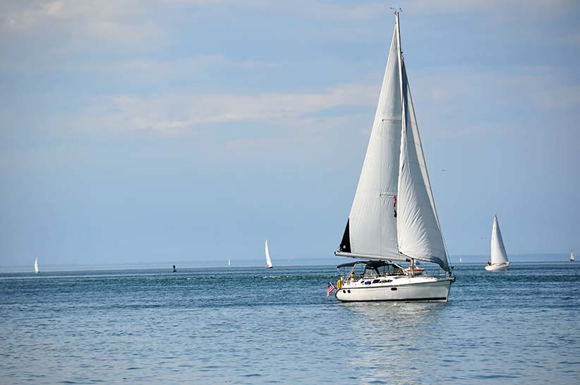Sailboat on an Ontario loake. (Shutterstock)