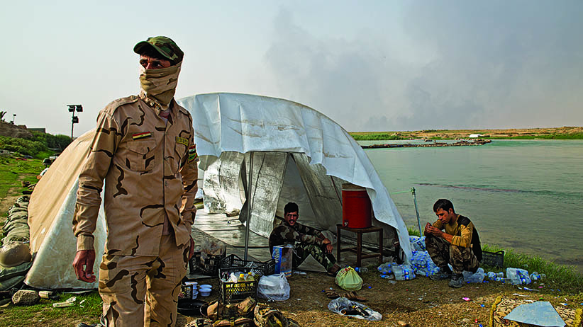 Iraqi soldiers relax next to the Tigris river near Qayyarah. (Photograph by Hawrie Khalid)