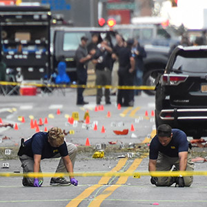 Federal Bureau of Investigation (FBI) officials mark the ground near the site of an explosion in the Chelsea neighborhood of Manhattan, New York, U.S.  September 18, 2016.  (Rashid Umar Abbasi/Reuters)