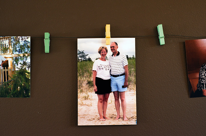 A photograph of Shelley Duffin's mother and father hangs in her home.(Photograph by Jessica Deeks)