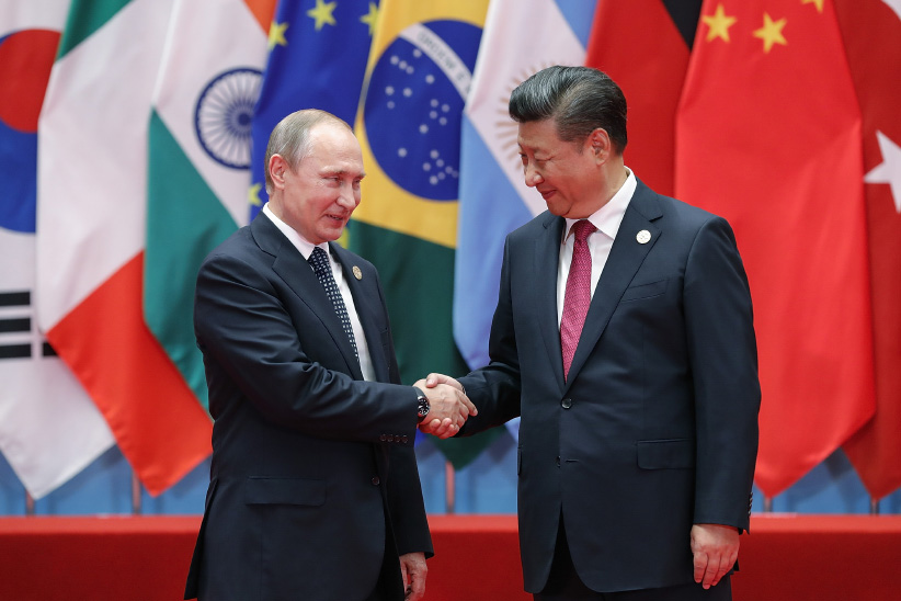 Chinese President Xi Jinping shakes hands with Russian President Vladimir Putin to the G20 Summit. (Lintao Zhang/Getty Images)