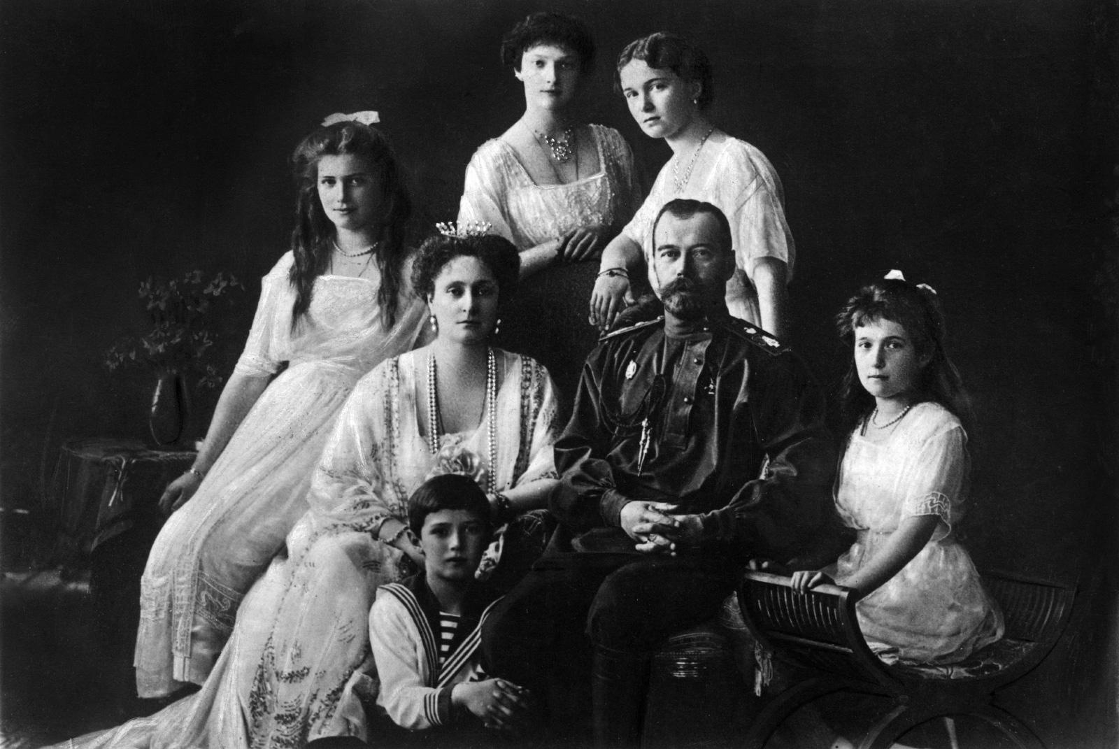 Tsar Nicholas II of Russia with his wife, Alexandra of Hesse-Darmstadt, and her daughters, Ol'ga, Tat'jana, Marjia e Anastasia and Aleksej. 1913 (Mondadori Portfolio/Getty Images)