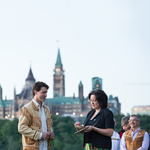 Prime Minister Trudeau, Minister Bennett and Minister Wilson-Raybould take part in a sunrise ceremony in Gatineau marking National Aboriginal Day. June 21, 2016. (Adam Scotti/PMO)