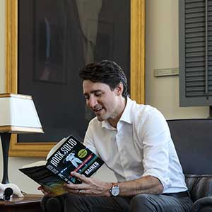 Prime Minister Trudeau tapes a podcast with Jonah Keri in his Langevin office. April 18, 2017. (Adam Scotti/PMO)