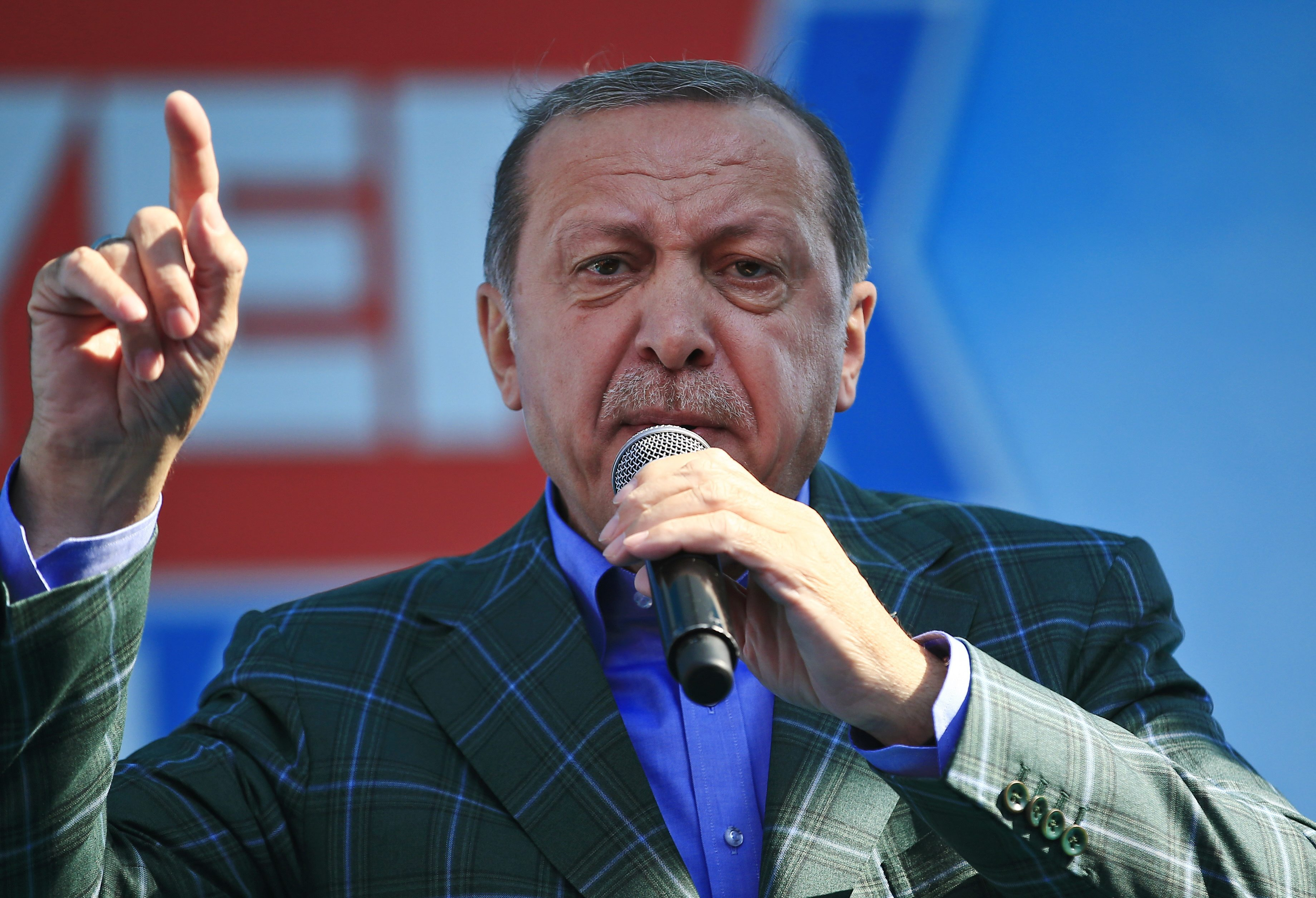 Turkey votes in referendum on expanding presidential powers