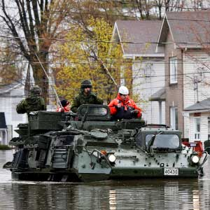 Canadian soldiers inspect a flooded residential area in Gatineau, Quebec, Canada, May 7, 2017. (Chris Wattie/Reuters)