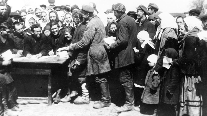 Registering for the collective farm, soviet union, in 1929. (Sovfoto/UIG/Getty Images)