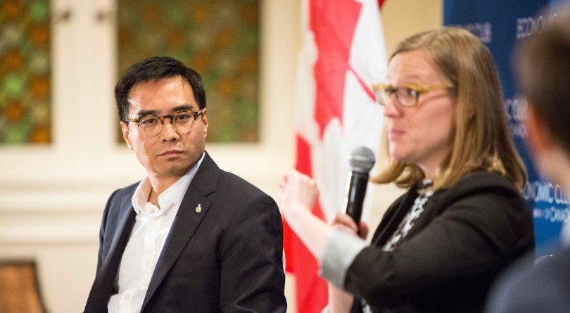 Direktur Global Facebook Kanada, Kevin Chan, mendengarkan paparan Menteri Lembaga Demokratik Federal Kanada, Karina Gould pada acara Economic Club of Canada pada 19 Oktober 2017 di Ottawa.