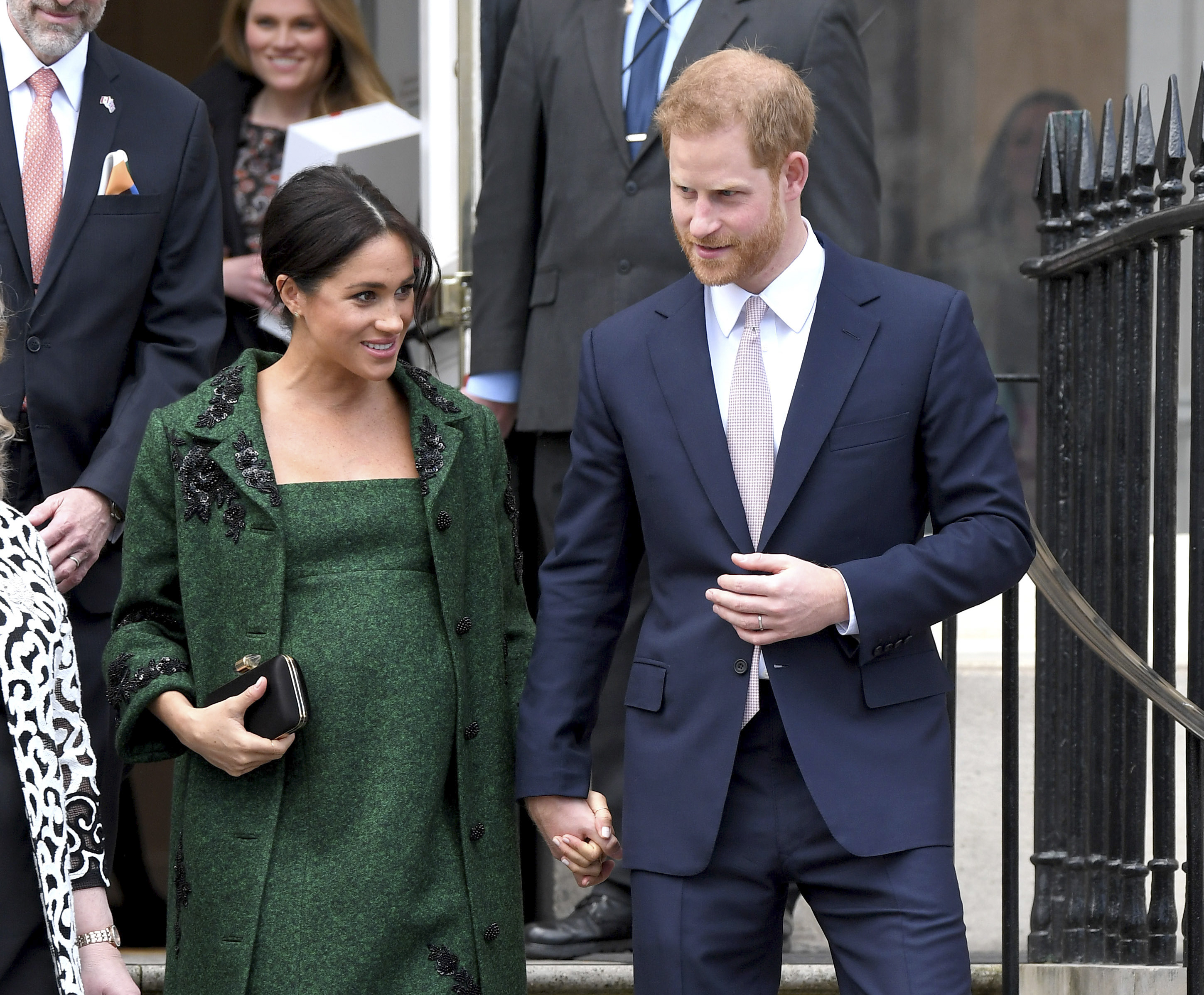 will meghan markle go glam for her first appearance with her new baby macleans ca https www macleans ca royalty will meghan markle go glam for her first appearance with her new baby