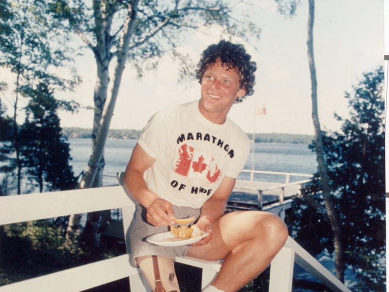 Fox takes a break from the gruelling pace in July 1980 (Boris Spremo/Toronto Star/Getty Images)