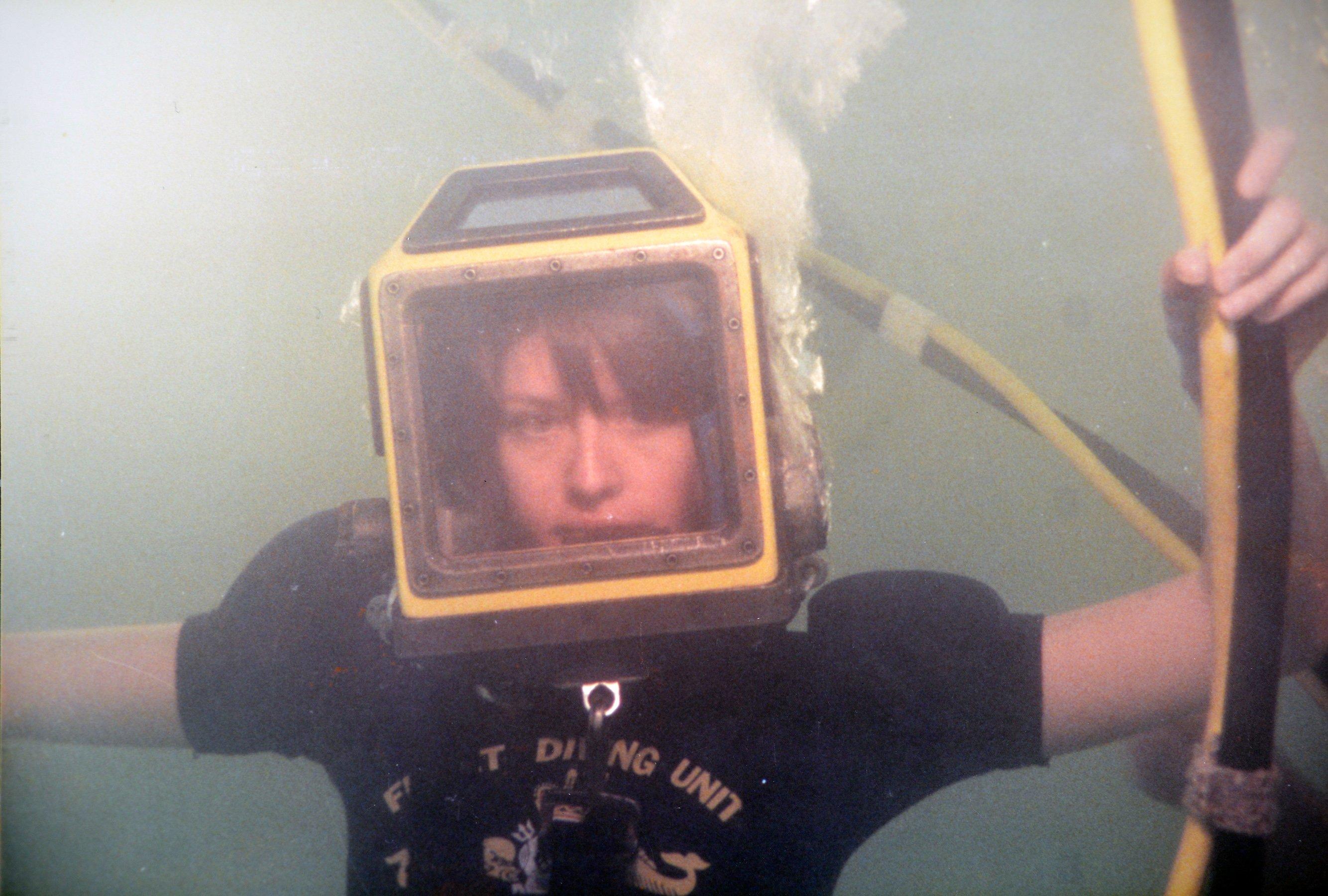 کوونی در سال 1983 کلاه ایمنی غواصی جدیدی را امتحان کرد.  او یکی از اولین زنانی بود که در یک کشتی نیروی دریایی مستقر شد. (عکس با مجوز از لین Coveney)