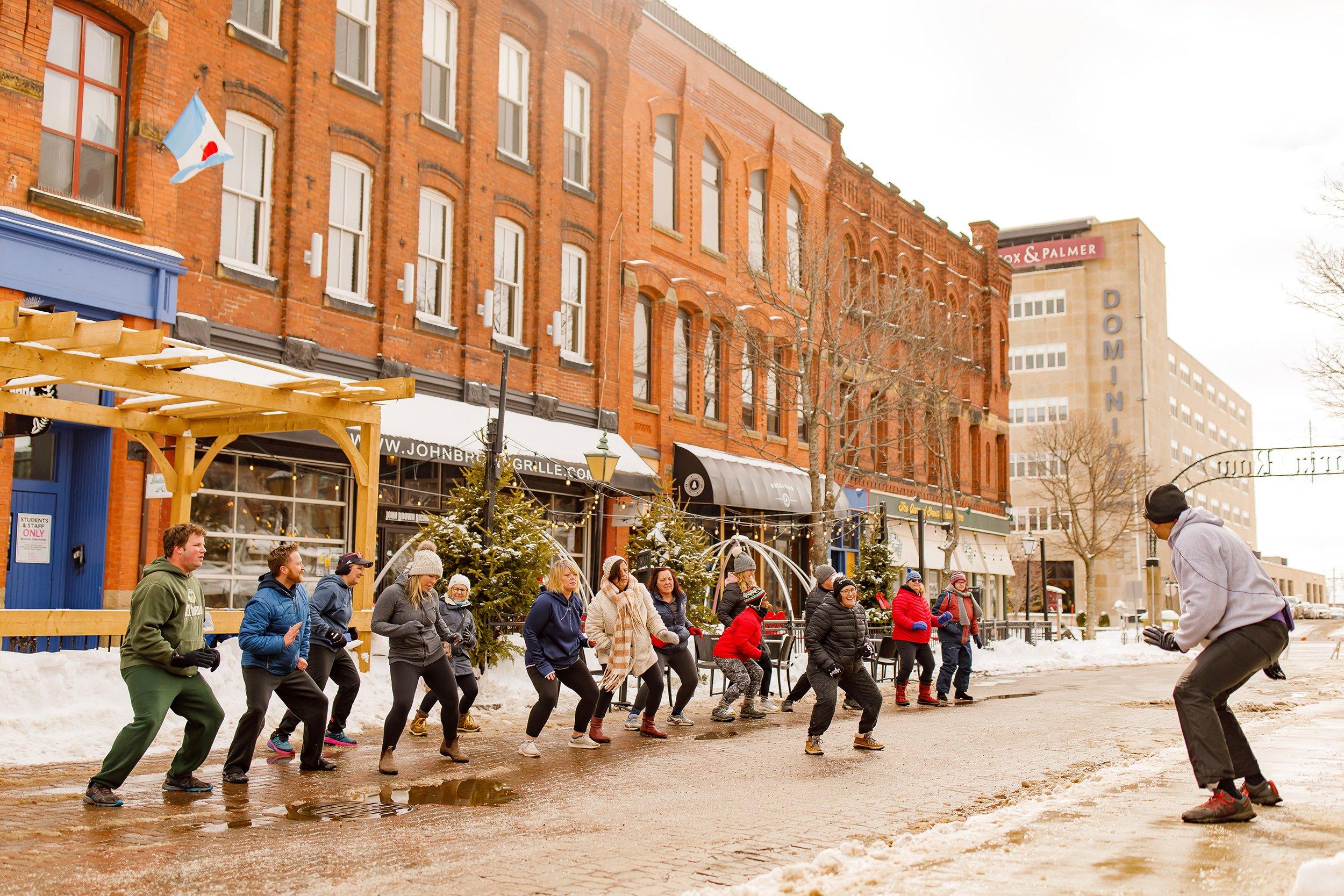Penduduk Charlottetown mengambil bagian dalam kelas kebugaran luar ruangan gratis; kota ini mendapat skor bagus dalam kategori keterlibatan komunitas dalam peringkat kami (Atas kebaikan DiscoverCharlottetown.com)