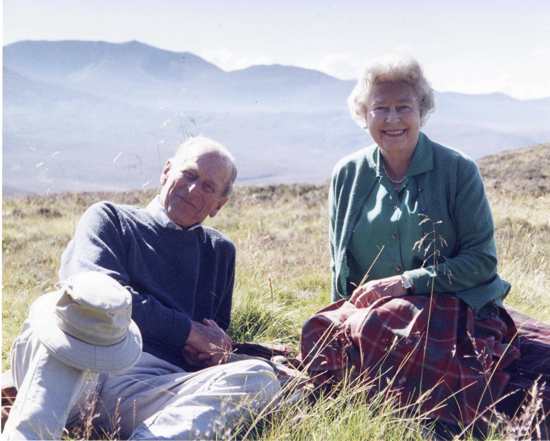 در این عکس 2003 که کاخ باکینگهام روز جمعه 16 آوریل 2021 ارسال کرده است ، تصویری از ملکه الیزابت دوم و شاهزاده فیلیپ ، دوک ادینبورگ در بالای ملکه مویک اسکاتلند ، در این عکس گرفته شده توسط سوفی ، کنتس وسیکس در 2003 (کنتس ویسکس / کاخ باکینگهام از طریق AP)