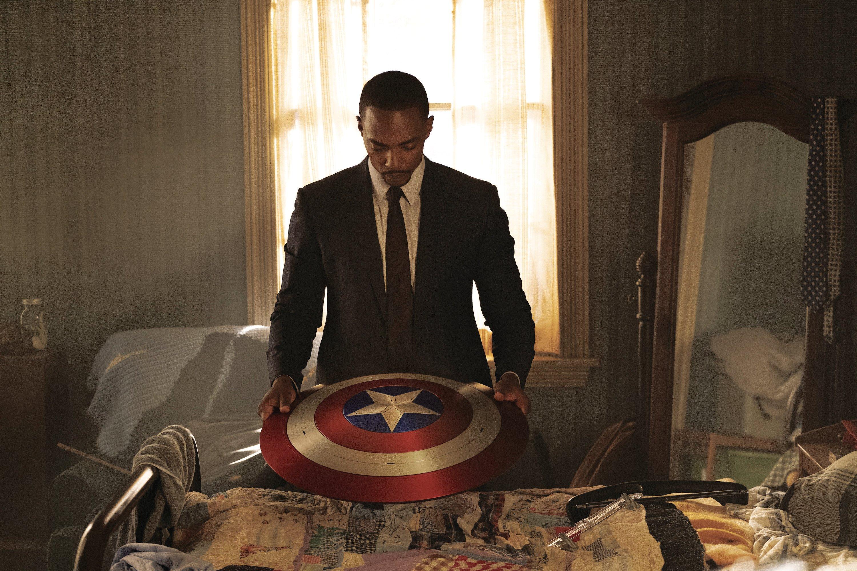 آنتونی مکی در استودیوی مارول نقش Falcon / Sam Wilson را بازی می کند