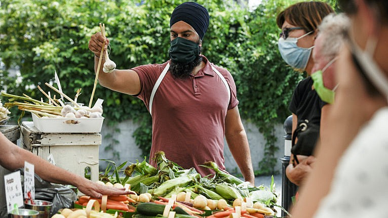 Singh on a walkaround at the Parkdale Public Market in Ottawa. (Justin Tang/CP)